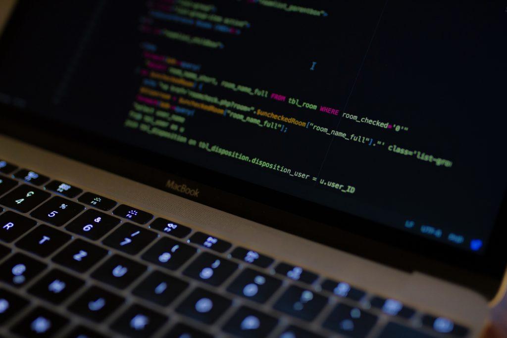 Laptop mit Code Zeilen - Hochperformante Back-end Architektur für den Mitarbeiterassistenten