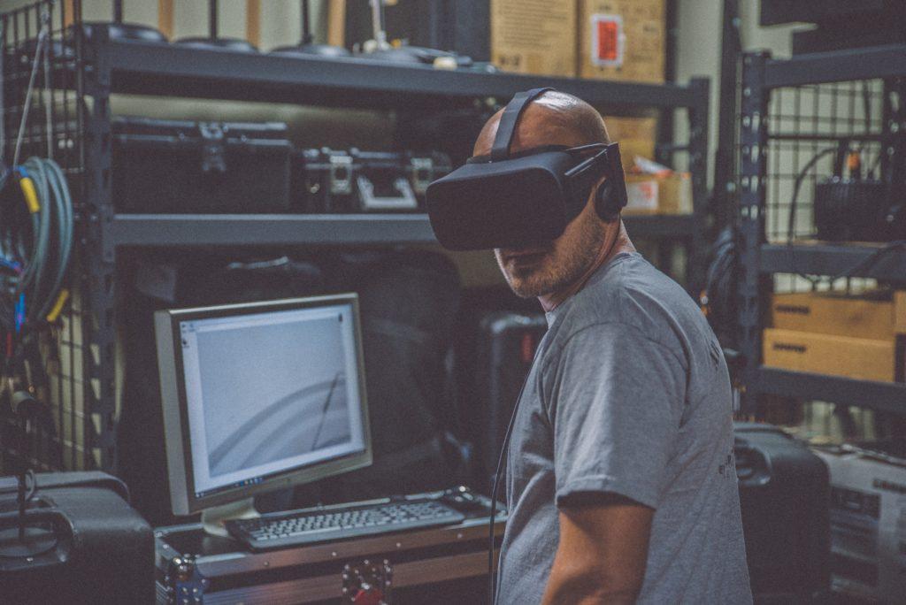Auch in Zusammenarbeit mit Augmented Reality kann der Mitarbeiterassistent z.B. Produktionsmitarbeitern das Arbeiten erleichtern.