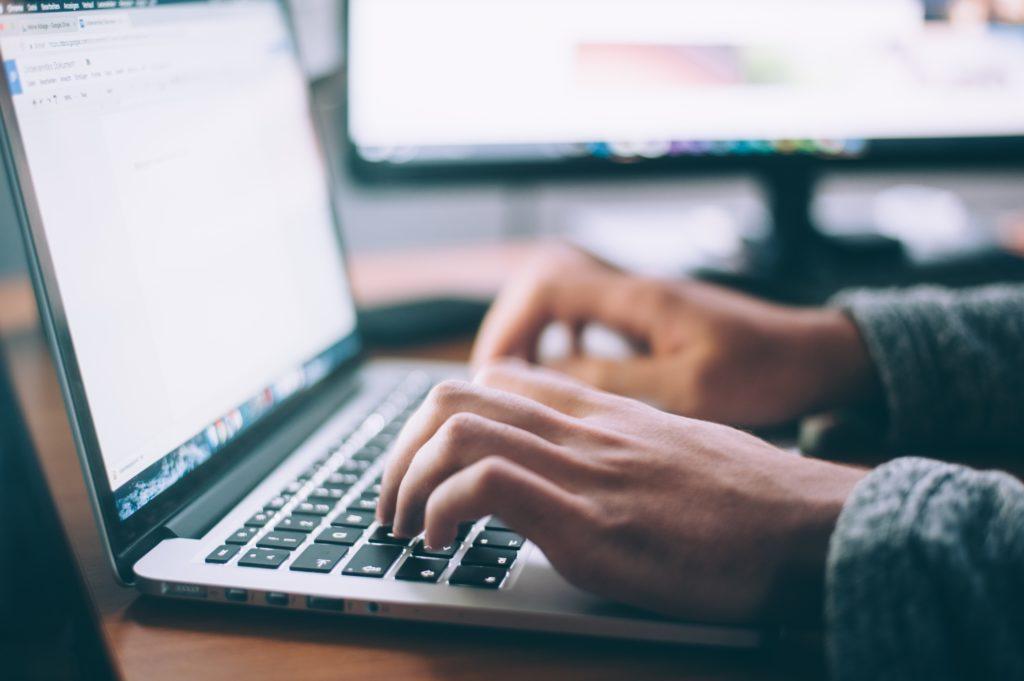 Der digitale Mitarbeiterassistent übernimmt aufwändige, manuelle Recherchen mithilfe verschiedener Suchmaschinen und Datenbanken und erleichtert dem Mitarbeiter so seine Arbeit.