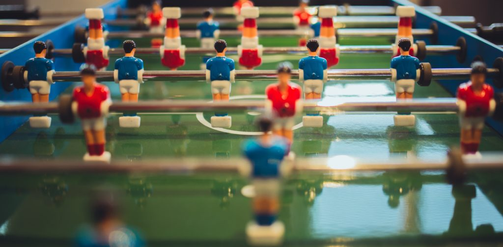 Tischkickerspielen bietet auch Spaß auf der Arbeit, aber mit dem Mitarbeiterassistenten wird auch die Arbeit selbst zu einem coolen Erlebnis.
